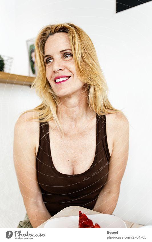 sexy Frau beim Frühstück in einem Café Kaffee Lifestyle Glück Erholung Sommer Mensch feminin Erwachsene Weiblicher Senior Körper Kopf Brust Arme 45-60 Jahre