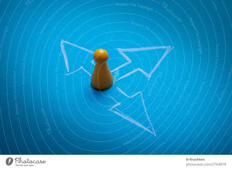 Möglichkeiten Business Erfolg Spielzeug Zeichen Pfeil wählen Kommunizieren zeichnen blau gelb Zukunft möglich Richtungswechsel Spielfigur Entscheidung links