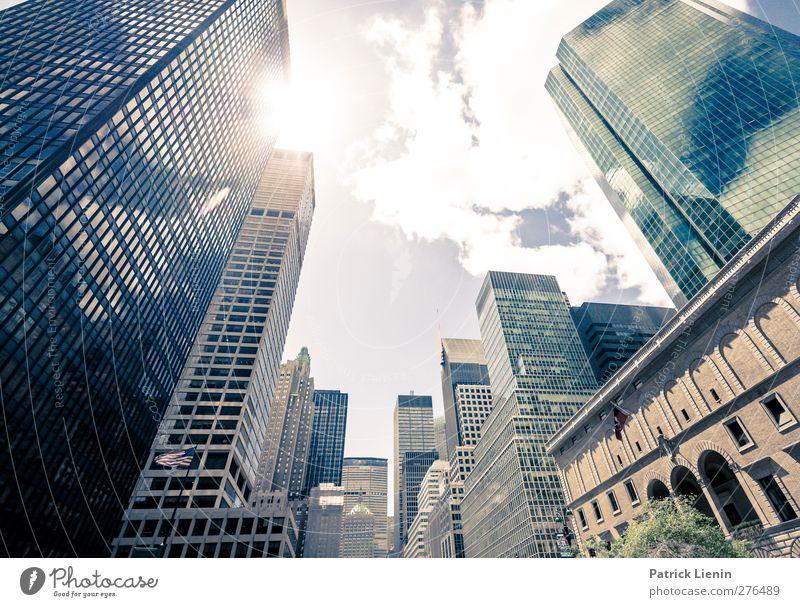 Safe in New York City Stadt Fenster Architektur Gebäude außergewöhnlich modern Hochhaus Kommunizieren Geschwindigkeit Platz Zukunft bedrohlich Unendlichkeit Netzwerk Bauwerk USA