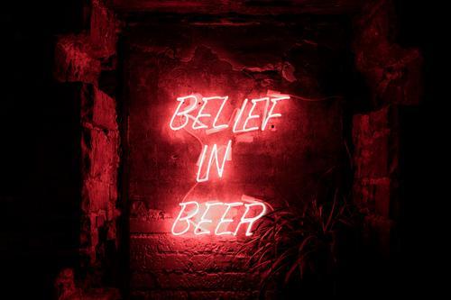 Glaube an Macht deines Bieres Stil Design Restaurant Club Disco Bar Cocktailbar Strandbar Lounge Feste & Feiern Kunstwerk Mauer Wand Stein Kunststoff