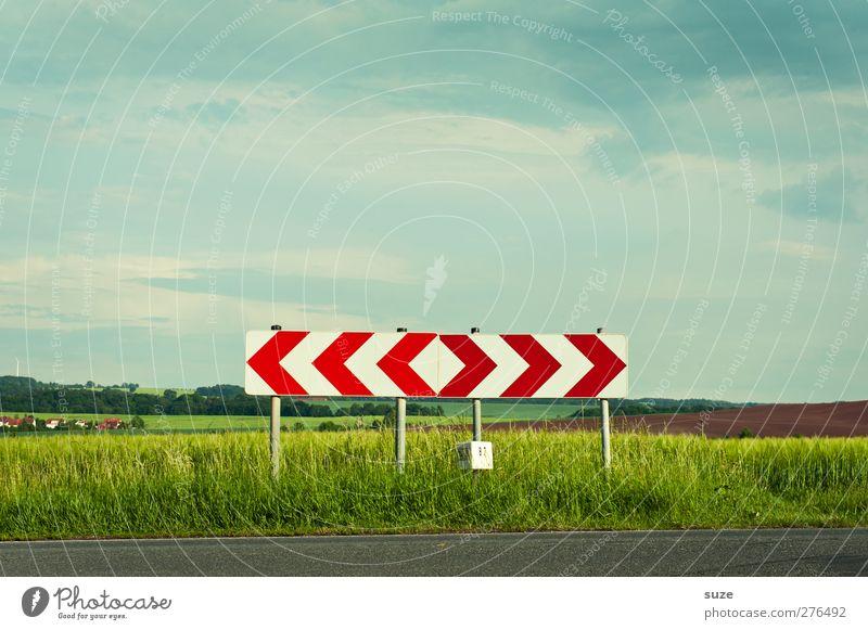 Die Richtung stimmt schon mal grob Himmel Natur grün Sommer Landschaft Umwelt Wiese Straße Wege & Pfade Feld Schilder & Markierungen Verkehr Schönes Wetter Ziel Pfeil Verkehrswege