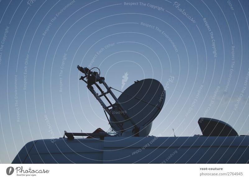 Satellitenschüssel auf dem Dach eines Autos Technik & Technologie Telekommunikation Abenteuer Information Sicherheit Weltall Internet Show