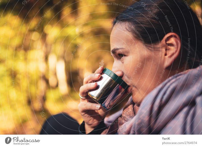 warm sip feminin Junge Frau Jugendliche Erwachsene Kopf 1 Mensch Natur Sonne Herbst Schönes Wetter Wald Wärme trinken Tasse Bayern heizen Tee Kaffee Pause