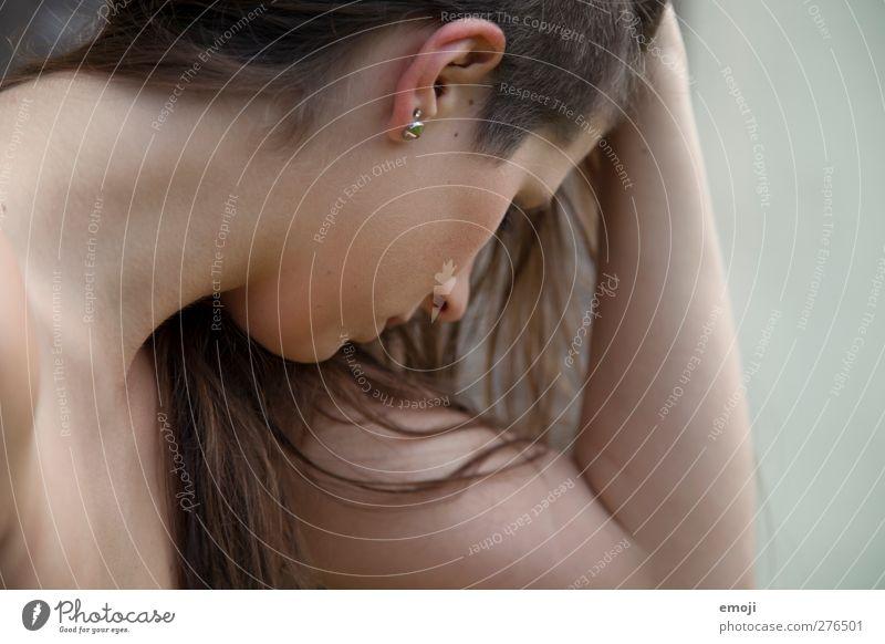 seitlich feminin Junge Frau Jugendliche 1 Mensch 18-30 Jahre Erwachsene Haare & Frisuren brünett langhaarig Farbfoto Außenaufnahme Textfreiraum rechts
