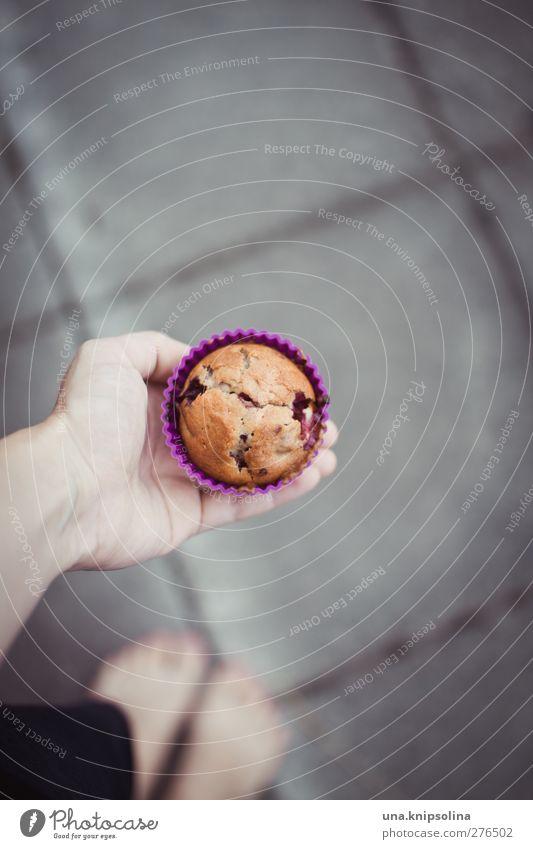 ein muffin für dich Lebensmittel Teigwaren Backwaren Kuchen Muffin Ernährung Mensch Hand 1 18-30 Jahre Jugendliche Erwachsene festhalten frisch lecker natürlich