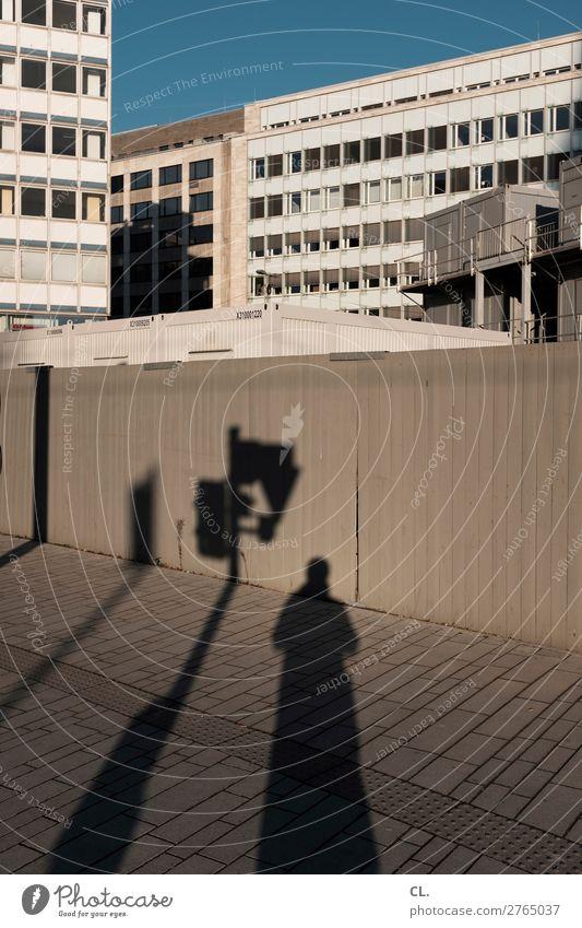 baustelle in der stadt Baustelle Mensch Erwachsene 1 Wolkenloser Himmel Schönes Wetter Düsseldorf Stadt Stadtzentrum Haus Hochhaus Gebäude Architektur Mauer