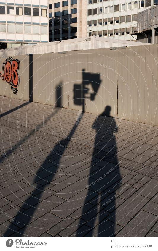 ampelmann Mensch maskulin Mann Erwachsene 1 Schönes Wetter Düsseldorf Stadt Stadtzentrum Haus Hochhaus Mauer Wand Fassade Verkehr Verkehrswege Fußgänger
