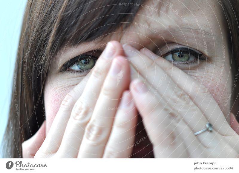 Es ist ein Schlumpf entsprungen feminin Junge Frau Jugendliche Auge Hand 1 Mensch 18-30 Jahre Erwachsene Blick Traurigkeit weinen Sorge Trauer Liebeskummer