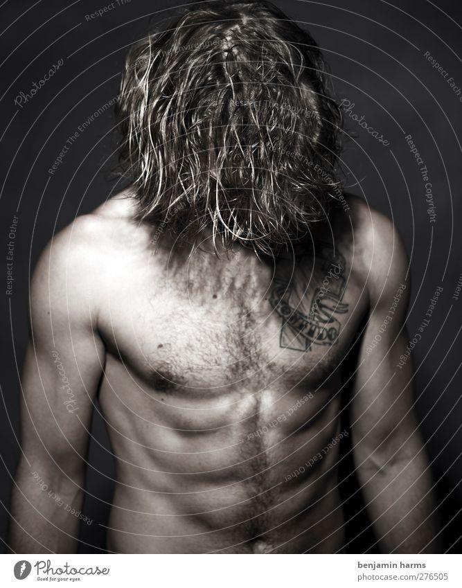 head down maskulin Junger Mann Jugendliche 1 Mensch 18-30 Jahre Erwachsene brünett langhaarig Locken stehen Tattoo Brustbehaarung Bauchmuskel Schwarzweißfoto