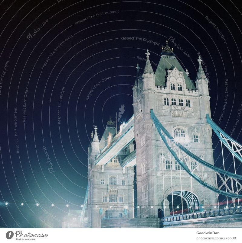 Stadtliebe. London Hauptstadt Brücke Bauwerk Architektur Sehenswürdigkeit Wahrzeichen Denkmal Tower Bridge dunkel groß historisch viele Farbfoto Außenaufnahme
