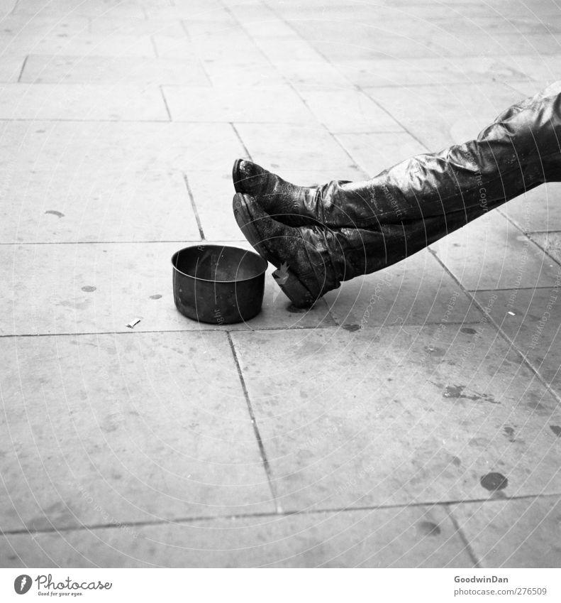 Toleranzgrenze. Mensch Mann Stadt Erwachsene Gefühle Denken Stimmung Arbeit & Erwerbstätigkeit maskulin beobachten einzigartig dumm Stadtzentrum falsch bequem hocken