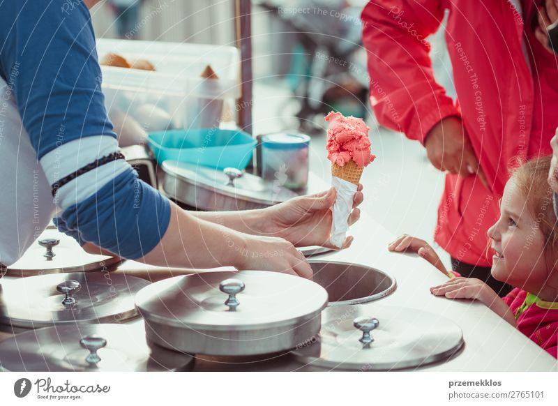Kleines Mädchen wartet auf Eiscreme Dessert Speiseeis Essen Lifestyle kaufen Glück Sommer Kind Mutter Erwachsene Straße genießen Lächeln verkaufen klein lecker