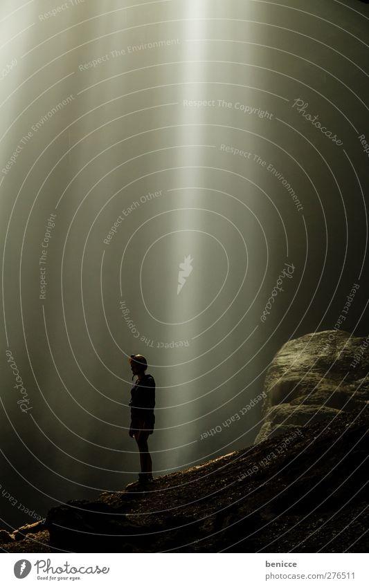 himmlisch Höhle Mensch Frau Licht Himmel (Jenseits) Natur Abenteuer Ferien & Urlaub & Reisen Reisefotografie gefährlich Risiko Sonnenstrahlen ungeheuerlich