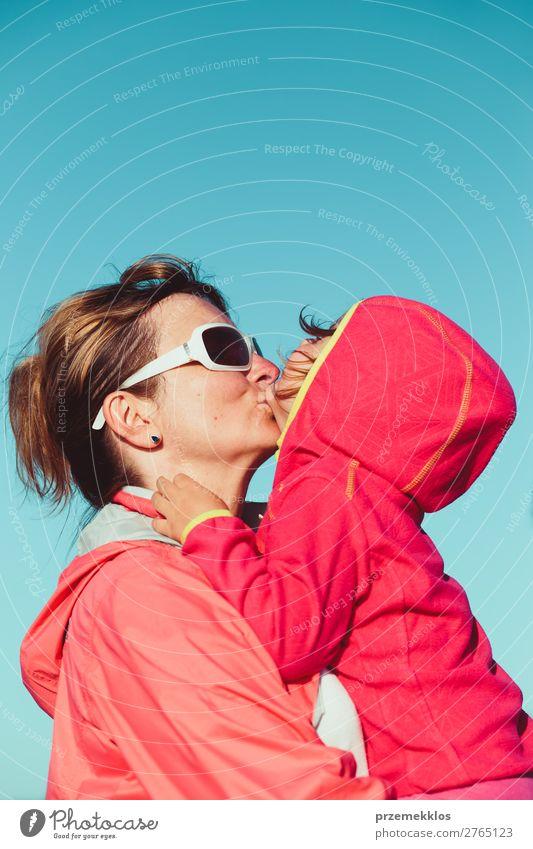 Mutter umarmt sich mit ihrer kleinen Tochter im Freien. Lifestyle Freude Glück schön Ferien & Urlaub & Reisen Sommer Kind Mensch Frau Erwachsene Eltern