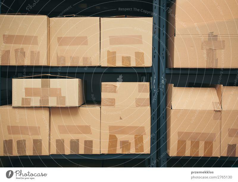 Kartons in den Regalen Aktenordner Verpackung Paket groß braun Archiv Kasten Schachtel Verwahrungsort Verteilung Gerät viele Raum sortieren sortiert Stapel