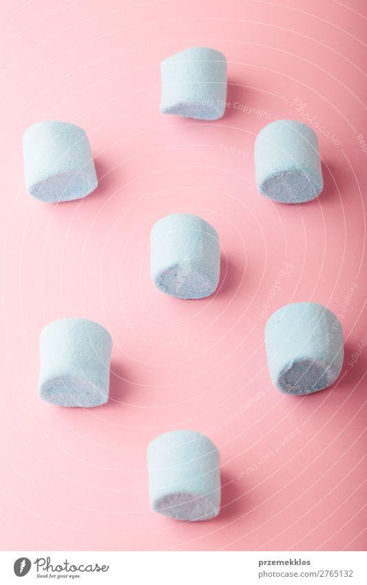 Blaue Marshmallows auf schlichtem rosa Hintergrund Dessert Süßwaren Ernährung Essen Diät Design Tisch hell lecker blau Farbe Kreativität Bonbon farbenfroh flach