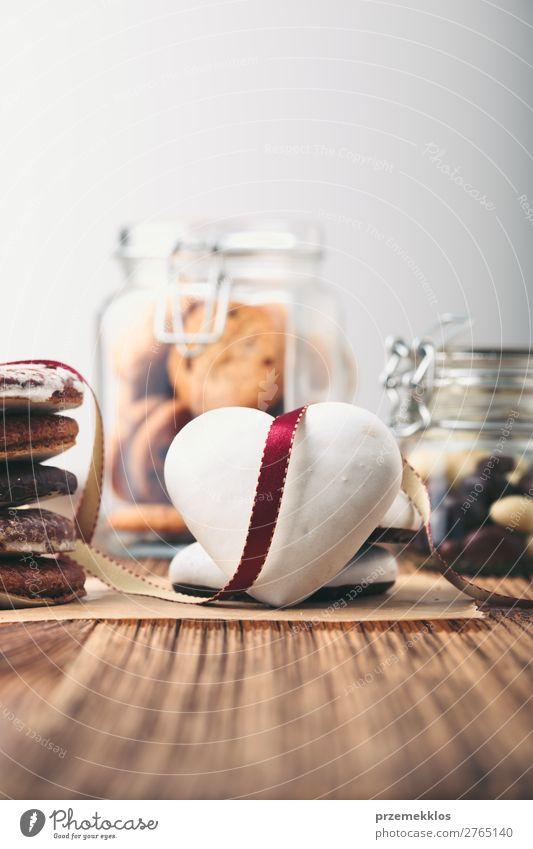 Lebkuchenplätzchen, Süßigkeiten, Kuchen in Gläsern auf Holztisch Dessert Süßwaren Ernährung Essen Diät Lifestyle Tisch Herz genießen lecker braun backen