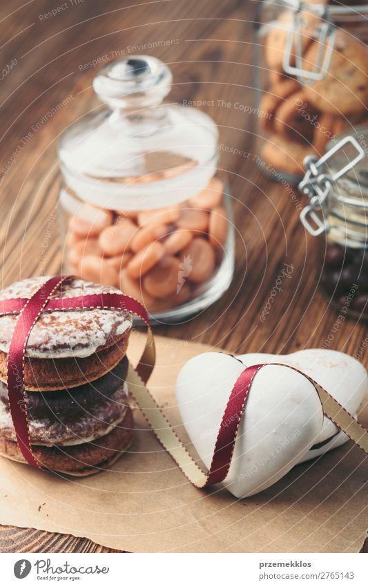 Lebkuchenplätzchen, Süßigkeiten, Kuchen in Gläsern auf Holztisch Dessert Ernährung Essen Diät Lifestyle Tisch Herz genießen lecker braun backen Bäckerei Biskuit