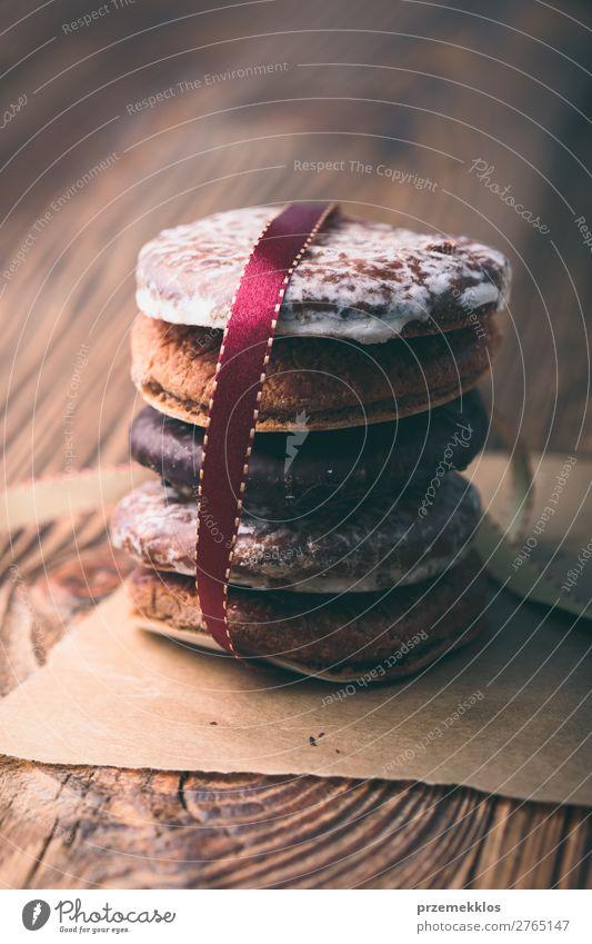 Ein paar Lebkuchenkekse in rotes Band gehüllt Frohe Weihnachten Kuchen Dessert Ernährung Essen Diät Tisch Schnur genießen lecker braun backen Bäckerei Biskuit