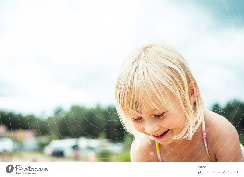 Sommerspaß Mensch Kind Himmel schön Mädchen Freude Gesicht feminin Spielen Haare & Frisuren lachen klein Kopf blond Kindheit Haut