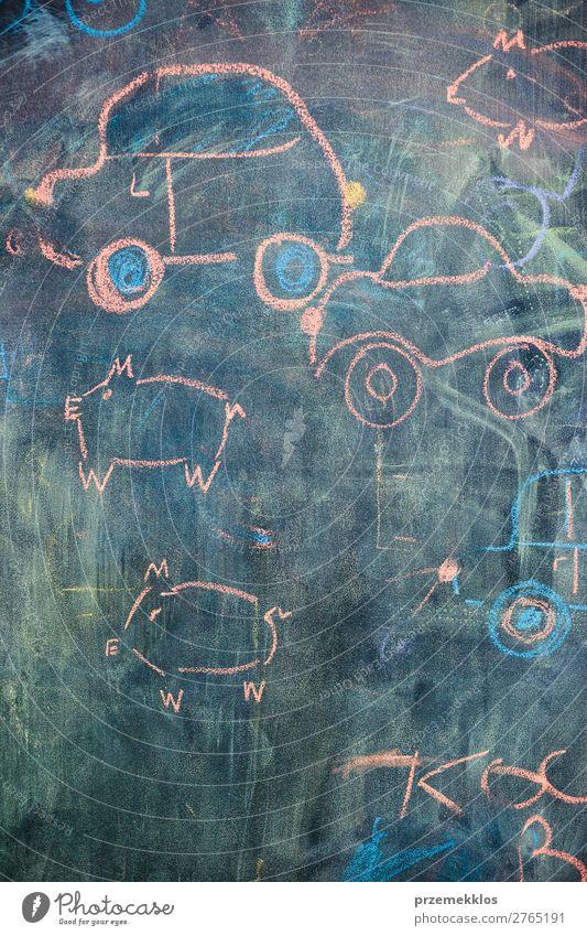Kindliche farbenfrohe Kreidezeichnungen an der Tafel Glück Schule Klassenraum Lehrer Baby PKW Liebe zeichnen schreiben schwarz Rücken Hintergrund Holzplatte
