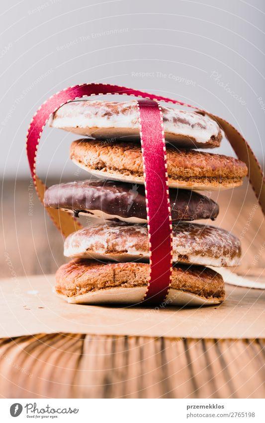Ein paar Lebkuchenkekse in rotes Band gehüllt Frohe Weihnachten Dessert Ernährung Essen Diät Glück Tisch Schnur genießen lecker braun backen Bäckerei Biskuit