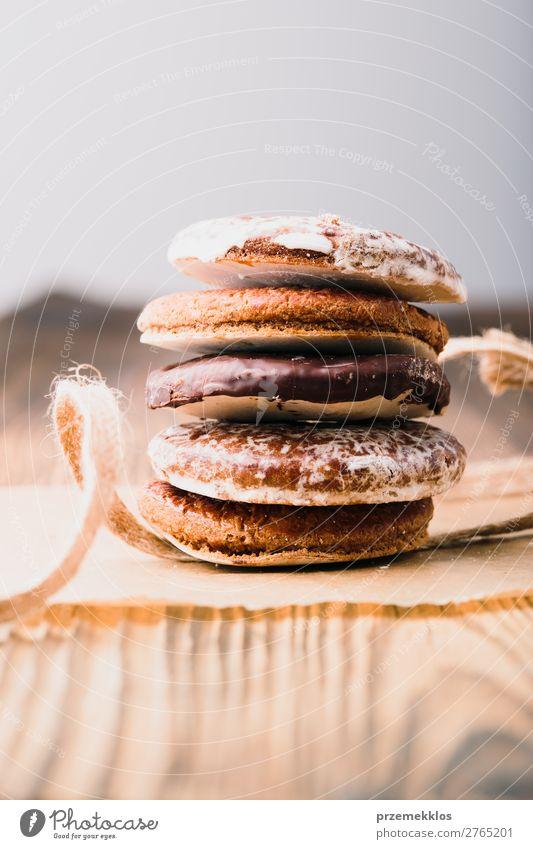 Ein paar Lebkuchenplätzchen in Band gewickelt auf einem Holztisch. Dessert Ernährung Essen Diät Lifestyle Tisch Schnur genießen lecker braun backen Bäckerei