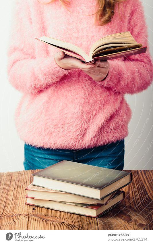 Junges Mädchen mit einem Buch, das im Buchladen steht. Lifestyle Erholung Freizeit & Hobby lesen Schule lernen Mensch Frau Erwachsene Jugendliche 1 Bibliothek