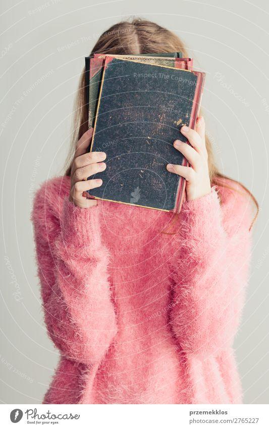 Junges Mädchen, das Bücher vor sich hält. Lifestyle Freude Erholung Freizeit & Hobby lesen Schule lernen Mensch Frau Erwachsene Jugendliche 1 Buch Bibliothek