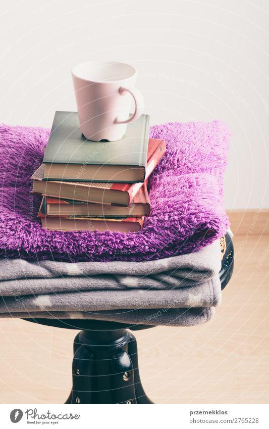 Ein paar Bücher mit Tasse Kaffee und Decke auf Holzstuhl Becher Lifestyle Erholung Freizeit & Hobby lesen Stuhl Buch Wärme genießen braun Geborgenheit bequem