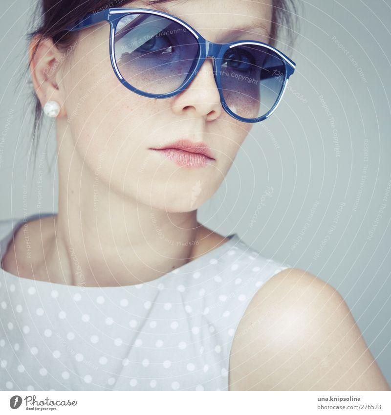 50s. Lifestyle elegant Stil Design feminin Junge Frau Jugendliche Erwachsene 1 Mensch 18-30 Jahre Kleid Accessoire Schmuck Ohrringe Sonnenbrille brünett