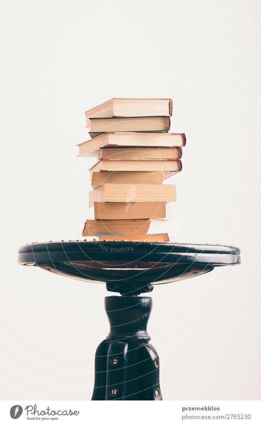 Ein paar Bücher mit einer Tasse Kaffee auf dem Stuhl Becher Lifestyle Erholung Freizeit & Hobby lesen Buch genießen braun Geborgenheit bequem gemütlich trinken