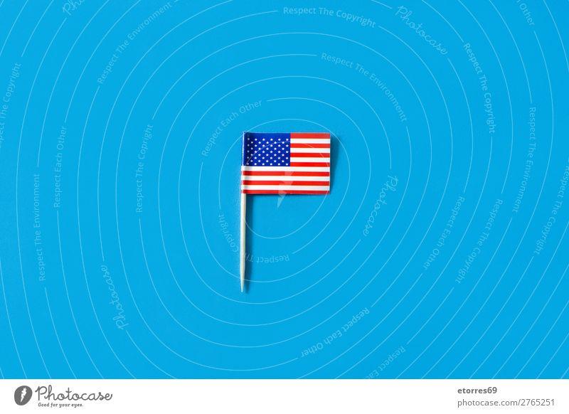 USA-Flaggen auf blauem Hintergrund Zeichen Streifen Fahne rot weiß Stars and Stripes Patriotismus Independence Day Amerikaner Muster Hintergrundbild