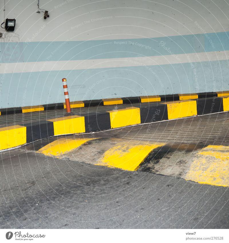 einfahrt blau Haus gelb Straße Wand Architektur Mauer Gebäude Linie Fassade Schilder & Markierungen Verkehr Beton modern authentisch ästhetisch