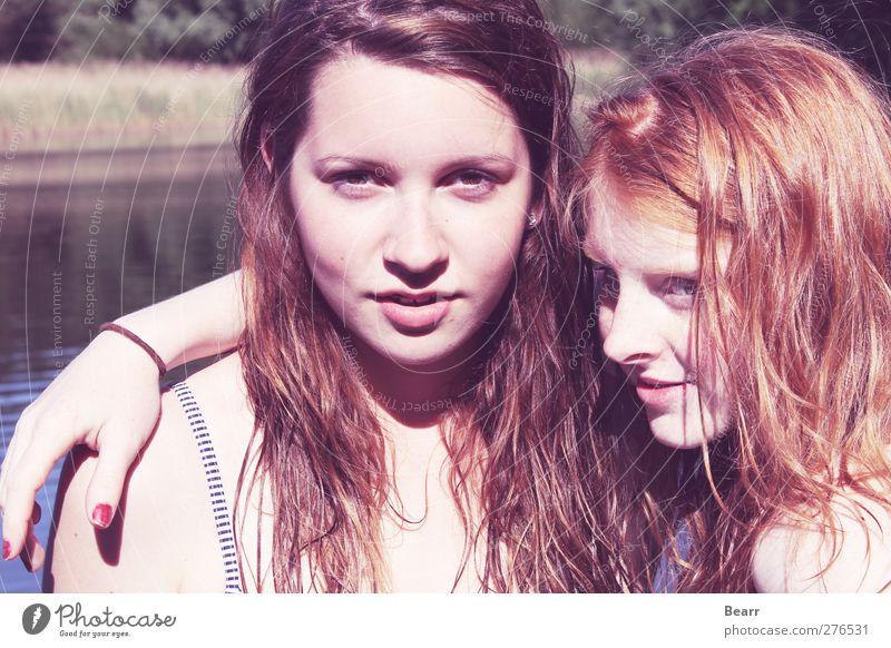 Summertime Sommer Mensch feminin Freundschaft Jugendliche Kopf 2 brünett rothaarig langhaarig genießen Umarmen fantastisch Glück Zufriedenheit Zusammensein