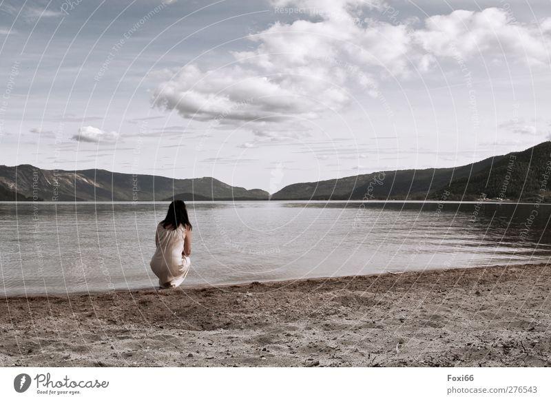 Einklang Mensch Frau Himmel Wasser schön Sommer Strand Einsamkeit Wolken ruhig Erwachsene Erholung Landschaft feminin Berge u. Gebirge Leben