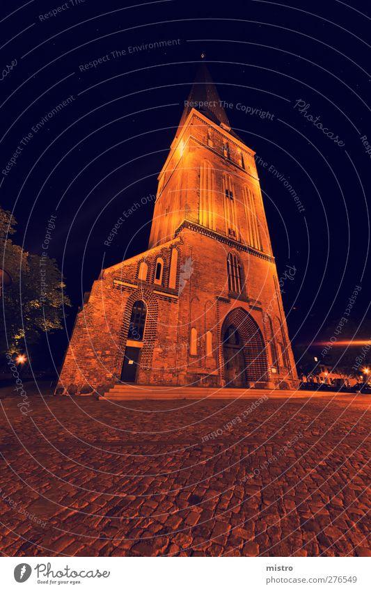 Die Petrikirche Rostock Stadtzentrum überbevölkert Kirche Dom Turm Sehenswürdigkeit Stein dunkel gelb orange Nacht superweitwinkel Langzeitbelichtung sterne