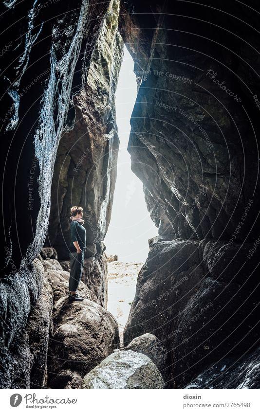 Inside Wales Ferien & Urlaub & Reisen Abenteuer Mensch feminin Frau Erwachsene 1 45-60 Jahre Umwelt Natur Landschaft Sonnenlicht Felsen Küste Meer Atlantik