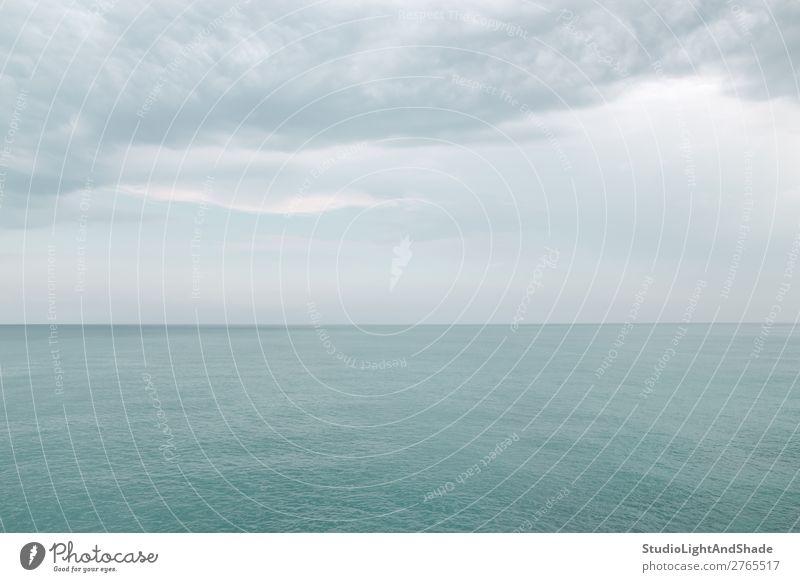 Ruhiges türkisfarbenes Meer schön Sommer Natur Landschaft Himmel Wolken Horizont maritim blau Farbe Meereslandschaft Seeküste Wasser Mittelmeer mediterran