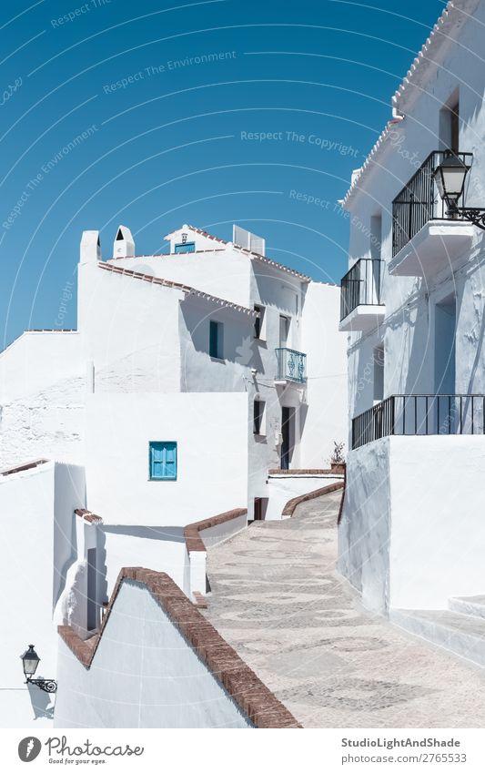 Straße mit weißen Häusern unter blauem Himmel Ferien & Urlaub & Reisen Haus Stadt Gebäude Architektur Fassade Balkon Farbe Tradition Andalusia andalusisch