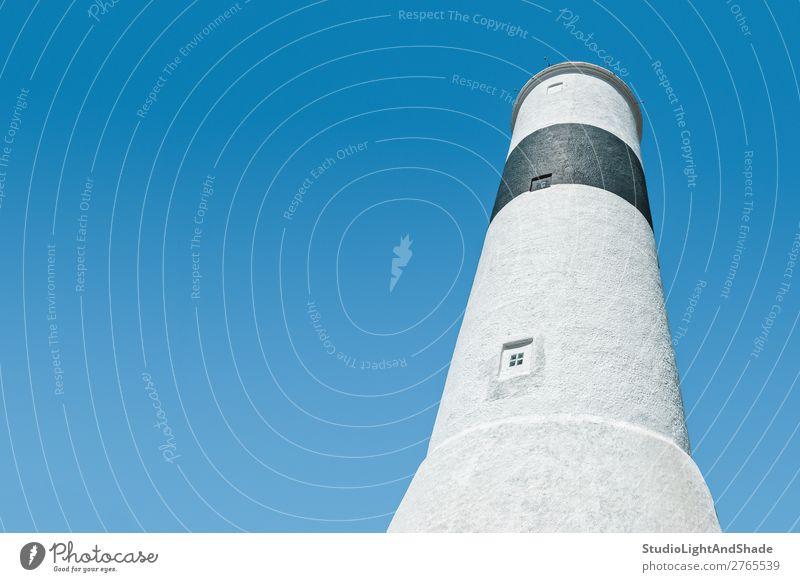Weißer Leuchtturm gegen blauen Himmel schön Meer Natur Landschaft Küste Gebäude Architektur Stein alt einfach hell hoch maritim weiß Farbe Tradition