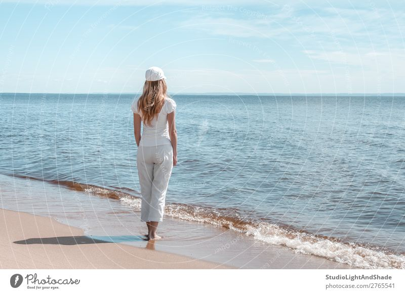 Junge Frau in Weiß auf der Suche nach Wasser Lifestyle schön Erholung ruhig Freizeit & Hobby Ferien & Urlaub & Reisen Tourismus Strand Meer Wellen Mensch