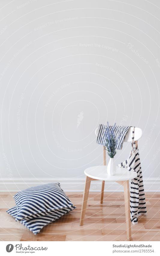 Innenausstattung mit Stuhl, gestreiften Kissen und Kleidung elegant Stil Design schön Wohnung Haus Innenarchitektur Dekoration & Verzierung Möbel Blume