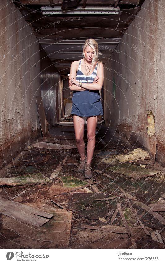 #232810 Lifestyle Abenteuer Renovieren Umzug (Wohnungswechsel) einrichten Raum Frau Erwachsene Ruine Mode Accessoire blond beobachten träumen Traurigkeit dunkel