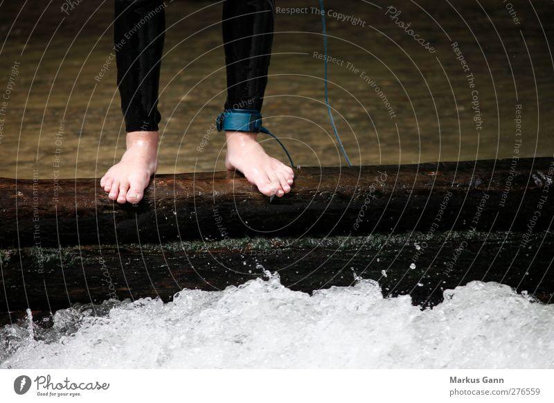 Mut Mensch Fuß 1 stehen nass Farbfoto Außenaufnahme Detailaufnahme Textfreiraum rechts Tag Männerfuß Barfuß Am Rand Gischt Wasserwirbel