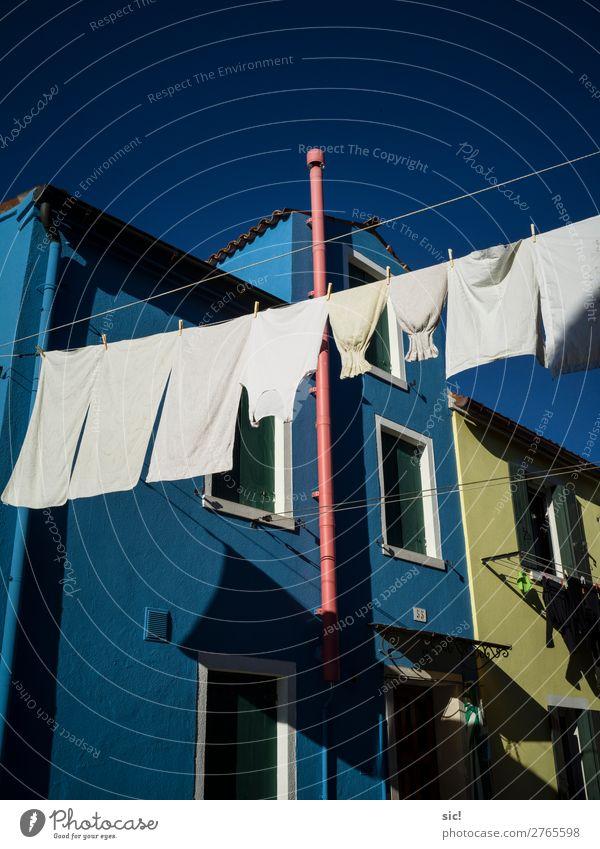 Waschtag Ferien & Urlaub & Reisen Tourismus Ausflug Städtereise Haus Seil Wolkenloser Himmel Burano Italien Europa Dorf Architektur Mauer Wand Fassade