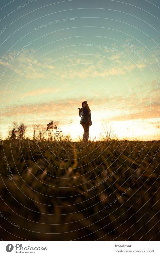 elektrosmog Mensch Frau Himmel Natur Jugendliche Junge Frau Sonne Landschaft Wolken ruhig Erwachsene Umwelt Herbst Wiese feminin Lifestyle