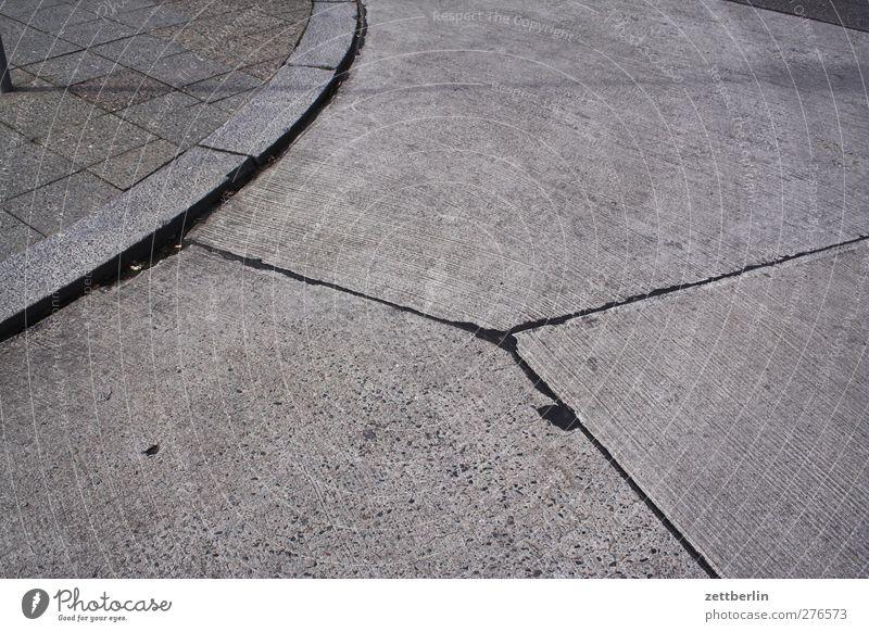 Parkplatz Beton Teile u. Stücke Geometrie Fuge Kurve Bogen Verkehr Wege & Pfade Platz Strukturen & Formen Ecke Teilung Abtrennung Bordsteinkante Textfreiraum