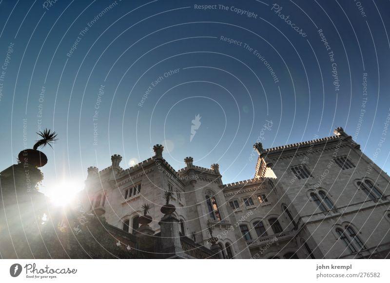 Liebe zum Meer Himmel Wolkenloser Himmel Italien Burg oder Schloss Bauwerk Gebäude Architektur Fassade leuchten ästhetisch Bekanntheit elegant groß historisch