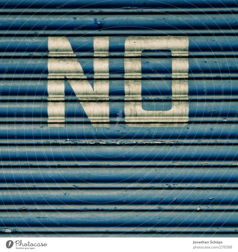 NO England Stadtrand Mauer Wand Fassade Tür blau Wut gereizt Feindseligkeit Garagentor Lamellenjalousie Verneinung Ablehnung Warnung dreckig Industriefotografie